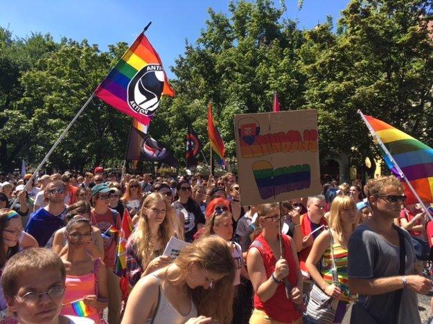 Účastníci Pride-u na Hviezdoslavovom námestí.