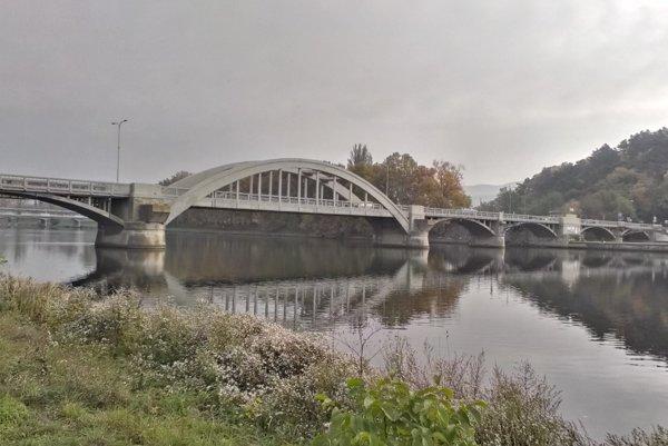 Krajinský most v Piešťanoch. Budúci  rok by mali dať na jeho opravu milión eur.