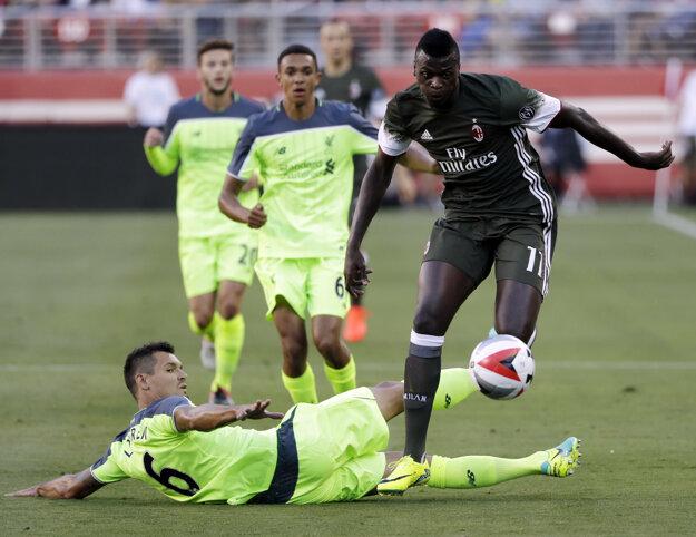 Útočník AC Miláno M'Baye Niang (vpravo) si obhadzuje stopéra Liverpoolu Dejana Lovrena. (na zemi)