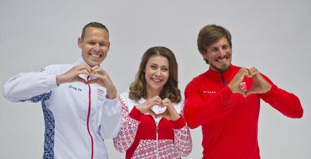 Na snímke zľava chodec Matej Tóth, športová gymnastka Barbora Mokošová a rýchlostný kanoista Peter Gelle počas fotografovania členov slovenskej výpravy