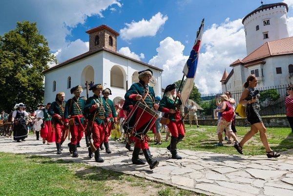 Súčasťou otvorenia Budatínskeho hradu bol dobový sprievod.