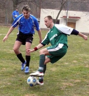 V zelenom futbalista Bojníc Róbert Rendek.