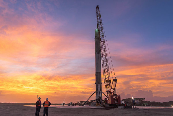 Raketa Falcon 9 na pristávacej plošine.