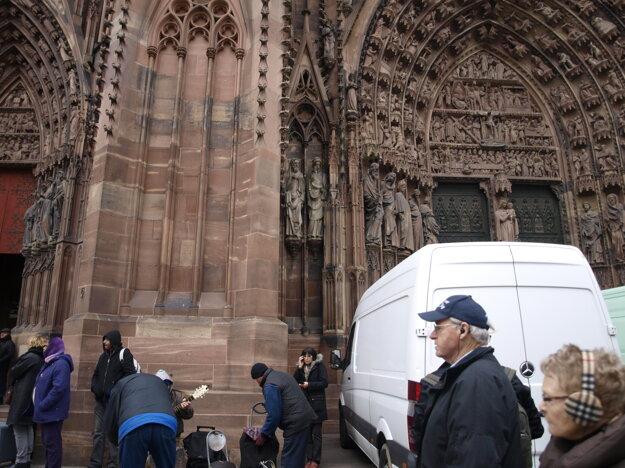 Pred katedrálou.
