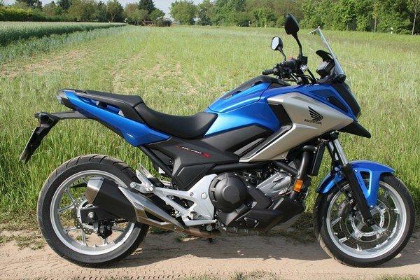 Modernizovaná Honda NC 750 X. Model NC 750 X je poháňaný motorom výkonu 40 kW a na želanie môže byť vystrojený dvojspojkovou automatickou prevodovkou.