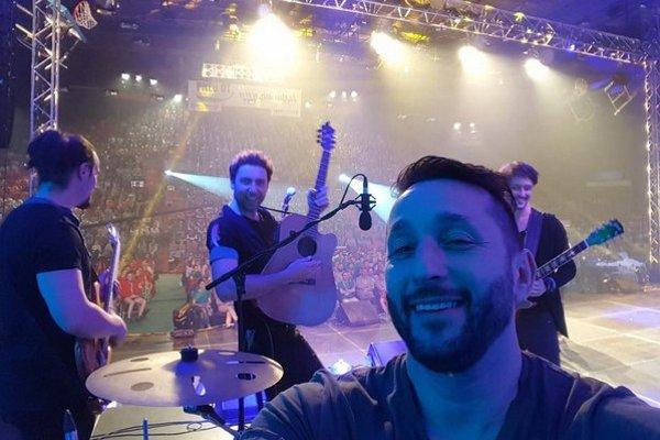 Na koncerte s gitarou. Stretnutia s fanúšikmi si užíva.