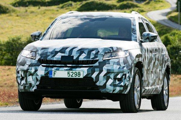 Škoda Kodiaq v maskovacom šate. Kodiaq patrí do kategórie veľkých športovo-úžitkových vozidiel a premiéru bude mať na parížskom autosalóne.