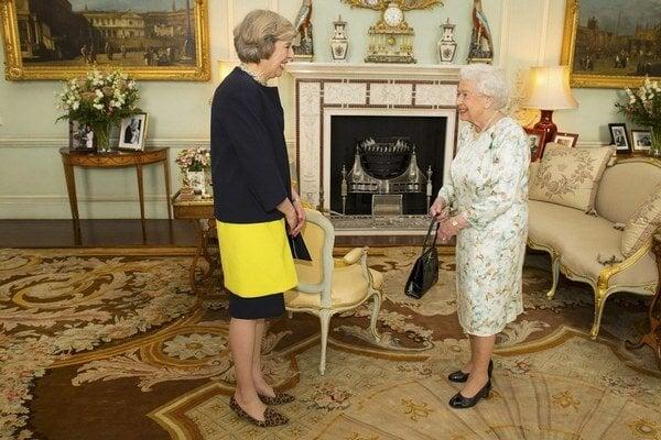 """Audiencia u kráľovnej. Nová premiérka si vzala """"zvieracie topánky""""."""
