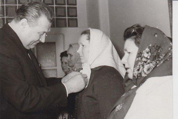 Rok 1965. Predseda východoslovenského Krajského národného výboru Anton Ťažký ocenil najlepšie dojičky kraja.