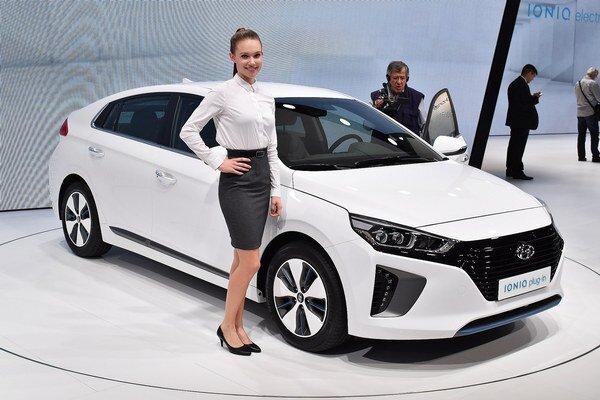 Hyundai Ioniq verzie plug-in. Ioniq sa bude dodávať s čisto elektrickým pohonom (EV), s hybridným pohonom (HEV) a s hybridným pohonom typu plug-in.