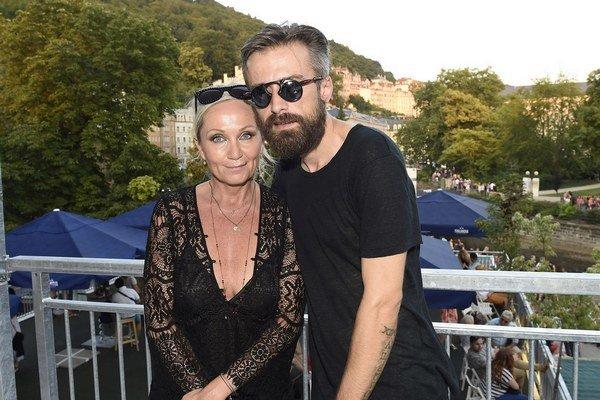 Bára Basiková a Petr Polák. Rozumejú si aj napriek výraznému vekovému rozdielu.