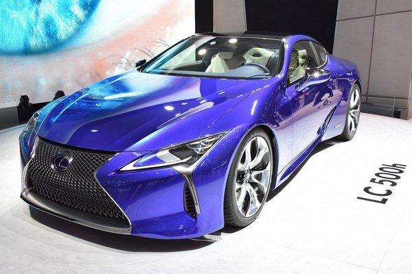 Luxusné kupé Lexus LC 500h. Na pohon kupé LC 500h slúži hybridná sústava, tvorená 3,5-litrovým vidlicovým šesťvalcom a elektromotorom, vyvíjajúca maximálny výkon 264 kW.