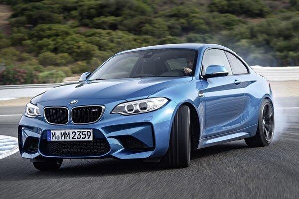 Športové kupé BMW M2. Typickým prvkom kupé M2, ktorého vývoj až do začatia výroby trval len dva roky, je mohutný predný nárazník s veľkými otvormi.