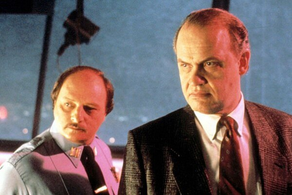 Vyštudoval právo. Ako herec bol Fred Thompson známy vďaka postave prokurátora v megaúspešnom seriáli.