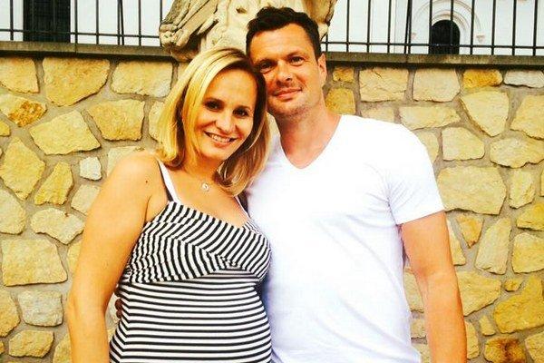 Budúci rodičia. Monika a Tomáš budú zakrátko kočíkovať Tadeáša.