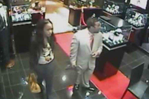 Zlodeji. Muža a ženu nasnímala bezpečnostná kamera.