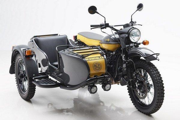 Motocykle Ural Scrambler s bočným vozíkom. Dnes vyrábaný Ural je zdokonalenou verziou motocykla, ktorý bol vernou kópiou typu BMW R-71, vyvinutého pred druhou svetovou vojnou.