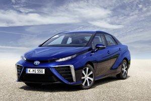 Toyota Mirai jazdí na vodík. Model Mirai, poháňaný palivovými článkami, bol Centrom automobilového manažmentu zvolený za inováciu desaťročia.