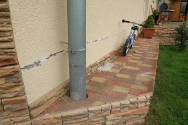 Deformácia svahu vo Veľkej Lehôtke spôsobuje na múroch domu trhliny.