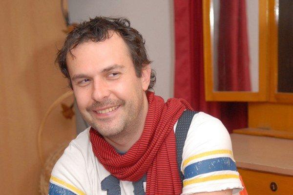 Juraj Kemka. Jeho hlas znie z upútaviek. Za rok si prilepší o takmer 10 000 €.