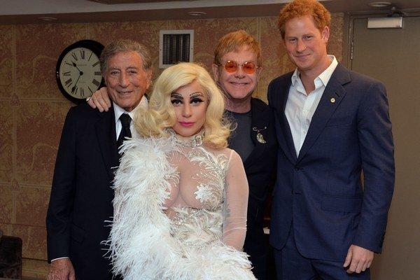 Všetci sa s ňou chcú fotiť, aj Elton John a princ Harry.