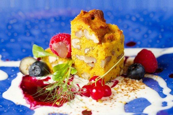 Mrkvový koláč s vlašskými orechmi a omáčkou zo žĺtkov, smotany a lesného ovocia.