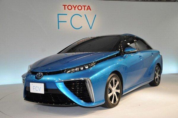 Toyota Mirai úspešne odštartovala. Zdrojom elektrickej energie na napájanie hnacieho elektromotoru je palivový článok, v ktorom vzdušný kyslík reaguje s vodíkom.