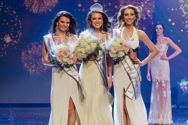 Víťazky Miss Universe 2015. Kráľovnou je Denisa, I. vicemiss je Anita (vľavo) a II. vicemiss je Dominika (vpravo).