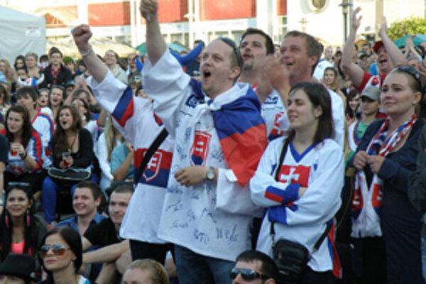 Fanúšikovia podporovali slovenských hokejistov v centre Prievidze aj vlani počas semifinálového a finálového zápasu.