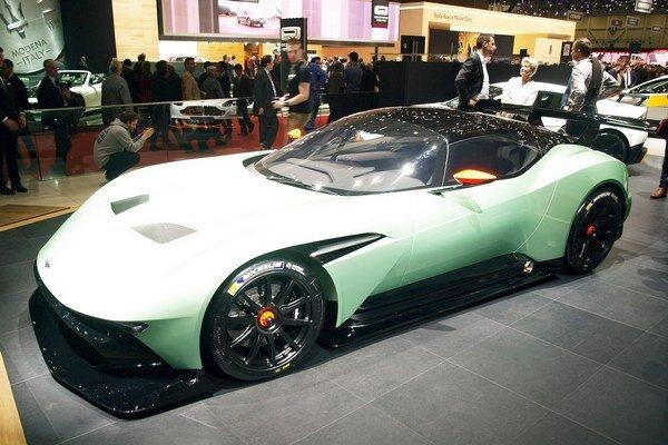 Superšportový Aston Martin Vulcan. Na pohon Vulcanu, určeného len na preteky na okruhoch, slúži sedemlitrový vidlicový dvanásťvalec výkonu vyše 590 kW.