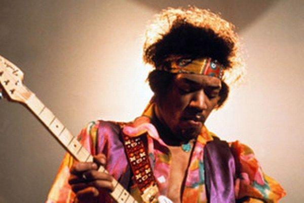 Jimi Hendrix. Fenomenálny gitarista zomrel ako 27-ročný, udusil sa vlastnými zvratkami.