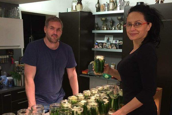 Zásoby na zimu. Síce dosť neskoro, ale aj u Lucie a Petra budú zavárané uhorky.