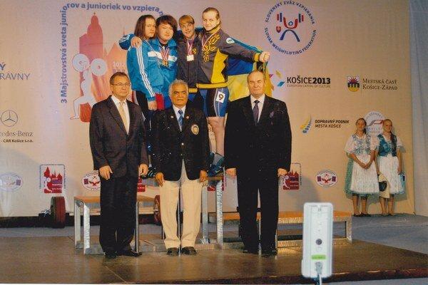 Záber z  jedného  slávnostného vyhlásenia výsledkov MSJ v Košiciach v r. 2012. Vpravo stojí predseda organizačného výboru šampionátu Pavol Mutafov.