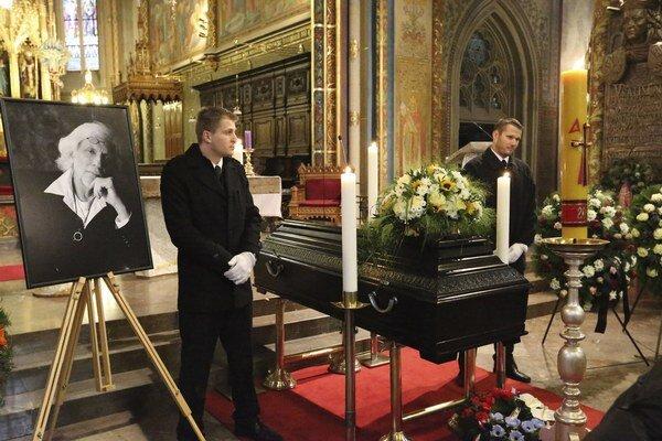 Pietny akt. Rozlúčka bola verejná, pohreb bude len v kruhu rodiny.