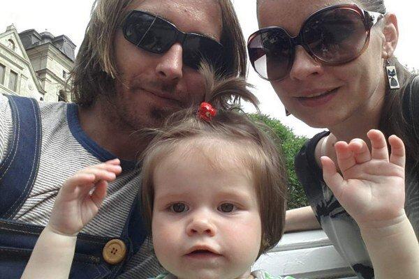 Kočovná rodinka. Alena, Michal a Ema teraz žijú na striedačku na západe i na východe.