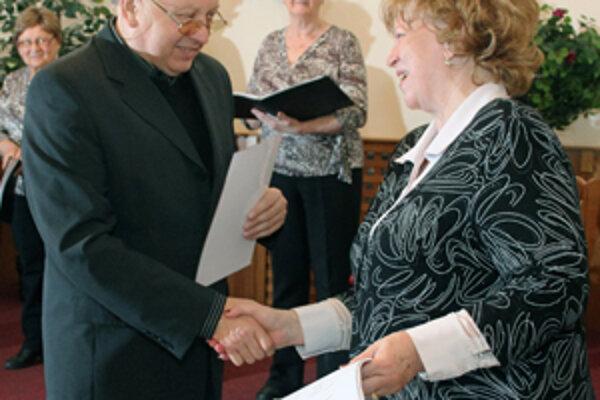 Prezidentka Fóra pre pomoc starším Ľubica Gálisová odovzdáva ďakovný list redaktorovi Slovenského rozhlasu Mariánovi Ondášovi.