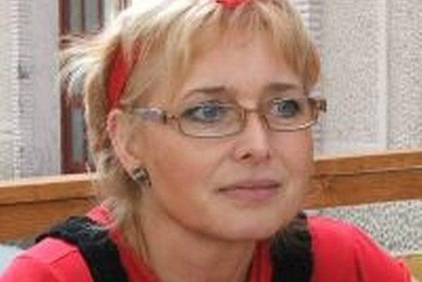Patrícia Jarjabková. Po smrti manžela mu zapálila sviečku a poďakovala za spoločný čas.