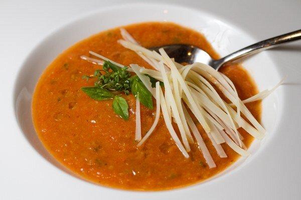 Gazpacho s čerstvou bazalkou a parmezánom.