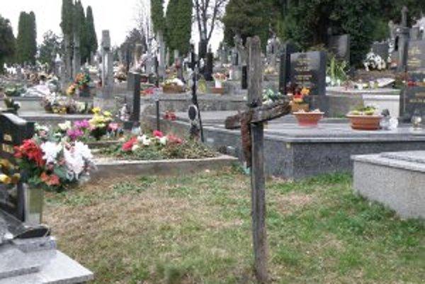 Tí, ktorí majú hroby v nájme, ich musia udržiavať.