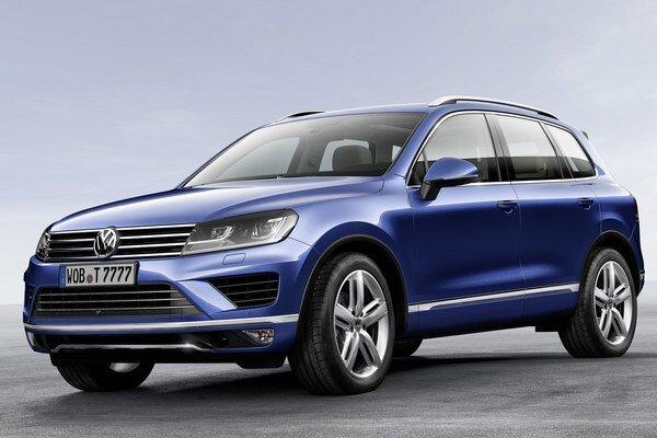 Modernizovaný Volkswagen Touareg. Poznávacím znakom je nová predná časť s väčšími reflektormi a mriežkou nového tvaru.