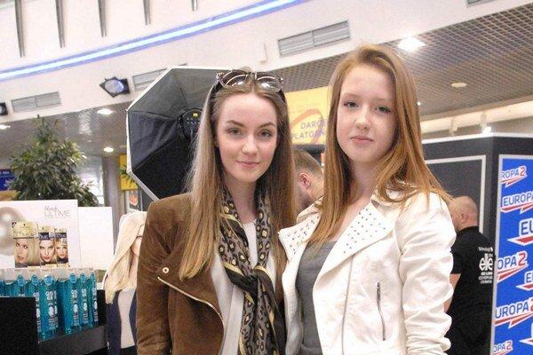 Sesternice Julka a Ema. Úspešnú modelingovú kariéru 21-ročnej Sečovčanky Júlie Kolesárovej odštartoval eliťácky casting pred dvoma rokmi. Po úspechu vo finále sa jej ponuky hrnú. Bola by rada, keby v jej šľapajách išla išla aj jej 14-ročná sesternica Ema