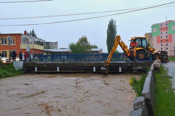 Večerná situácia na moste cez Ľubický potok v Kežmarku.