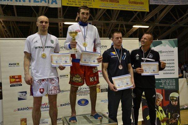 Na stupňoch víťazov. Strieborný Miroslav Smolar (vľavo) v disciplíne low kick do 71 kg.