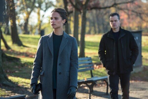 V piatej časti sa začína vyvíjať príbeh agentky Heather Leeovej. Hrá ju čerstvá držiteľka Oscara Alicia Vikander.