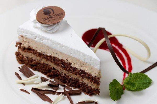Čokoládová torta s gaštanovou plnkou a šľahačkou s omáčkou z lesného ovocia.