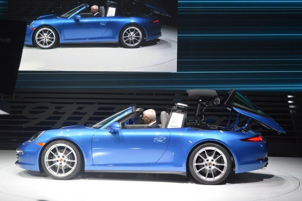 Strecha sa sklápa komplikovaným mechanizmom. Široký ochranný oblúk za prednými sedadlami je akousi spomienkou na pôvodný model Targa.
