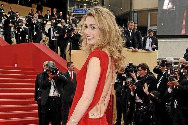 Na festivale v Cannes prekvapila odhaleným chrbtom.