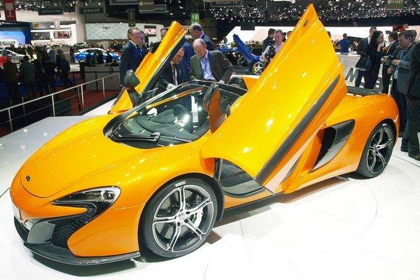 Superšportový roadster McLaren 650S. Roadster (nazývaný aj spider) má dvojdielnu skladaciu strechu, ktorá sa otvorí či zatvorí za 17 sekúnd.