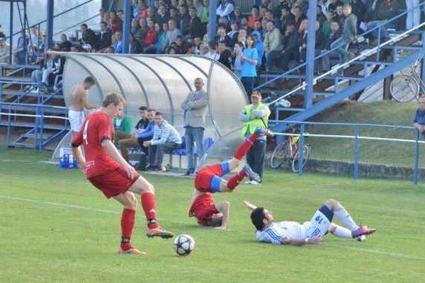 Veľmi slabé spišské derby. Kto očakával pod Spišským hradom veľkú futbalovú bitku, odchádzal sklamaný. Prestížny súboj svojou úrovňou sklamal.