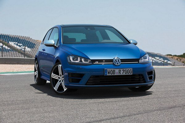 Športový Volkswagen Golf R. Na pohon nového špičkového modelu radu Golf slúži turbodúchadlom prepĺňaný motor s maximálnym výkonom 221 kW.